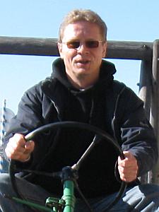 Jörg im Urlaub auf einem alten Traktor